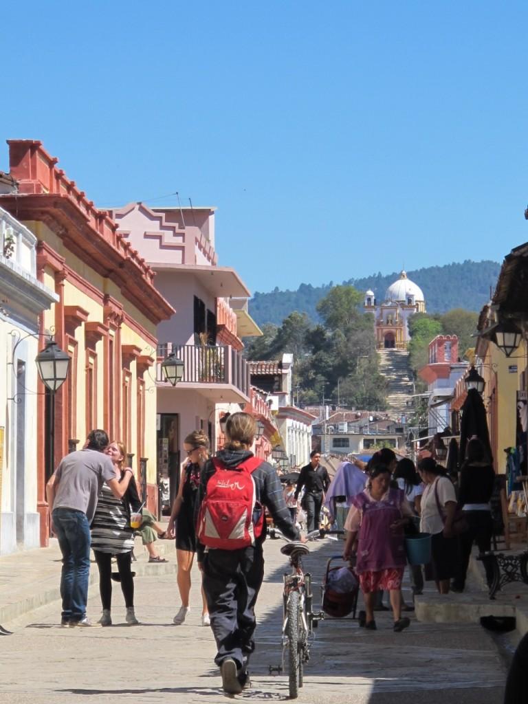 Aunque están a una hora de distancia, Tuxtla y San Cristóbal son bastante diferentes, y no solo lo digo por el clima tropical de una, y templado, frío muchas veces, de la otra, ni tampoco por su herencia arquitectónica colonial.