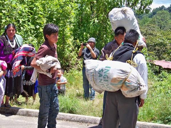 De acuerdo a representantes de organizaciones de no gubernamentales que acudieron al llamado de las familias, al momento 12 familias ya lograron salir de la comunidad. Foto: Radio Pozol/Chiapas PARALELO