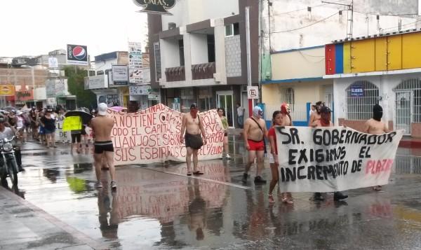 Semidesnudos, jóvenes reclaman plazas para ser docentes en Chiapas. Foto: @leydc/Chiapas PARALELO