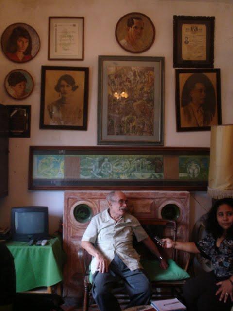 César Corzo en el recibidor de su casa. Foto: cortesía/ Chiapas PARALELO.