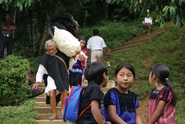 Traslado y llegada de familias desplazadas de ejido Puebla a Acteal. Foto: Centro de Derechos Humanos Fray Bartolomé de las Casas