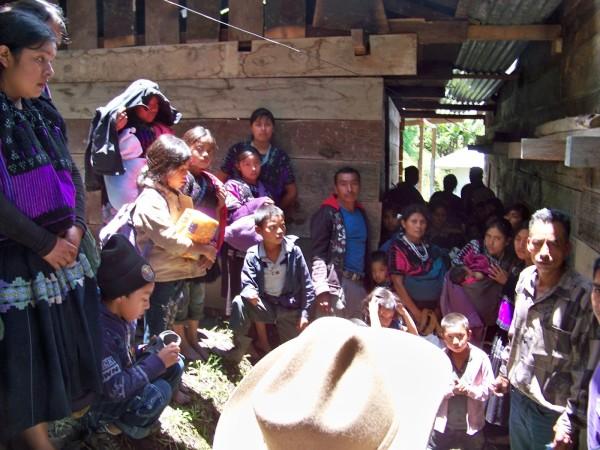 Unas 70 personas del ejido Puebla, en Chenalhó, abandonaron la comunidad ante el temor de que iban a ser linchadas. Foto: Red de Medios Libres