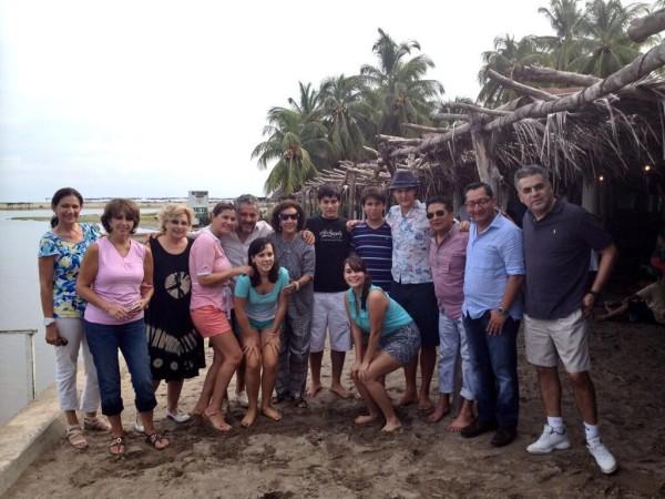Esposa de ex gobernador difundió fotografía del ex gobernador, que habría sido tomada hoy en la ciudad de Acapulco, Guerrero. Foto; @IsabelAguilera