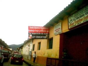 Letreros como estos empezaron a poner los maestros en todas y cada una de las escuelas de Chiapas.