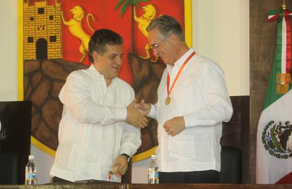 Juan Sabines Guerrero entregó la medalla Fray Matias de Cordova a Salinas Pliego. Foto: Archivo Icoso.