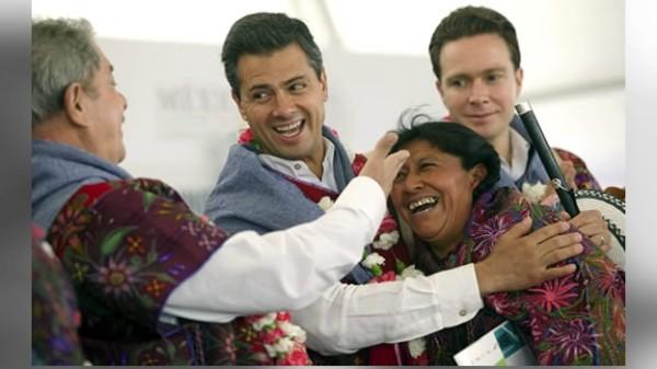 El ex presidente de Brazil, Luiz Inácio Lula; el Presidente de México, Enrique Peña y el gobernador de Chiapas Manuel Velasco con una mujer indígena durante el inicio de la cruzada contra el hambre. Foto. Icoso.