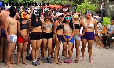 Jóvenes aspirantes a una plaza docente refieren que tuvieron que manifestarse semidesnudos para que su demanda fuera escuchada. Foto: Arauxo