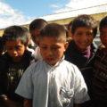 Feliciano sigue caminando una media hora desde paraje Yutosil donde está su hogar, hacia la escuela Josefa Ortíz de Domínguez. Foto: Amalia Avendaño/Chiapas PARALELO