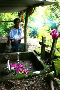 El padre de Minerva espera algún día encontrar sus restos y sepultarlos en la tumba que cavó para ella. Foto: Ángeles Mariscal/Chiapas PARALELO