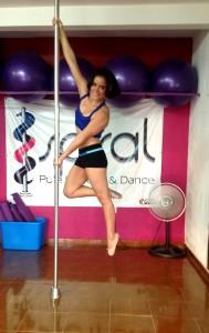 Tiene un certificado como instructora del Advanced Pole Fitness, otro de la Federación Mexicana de Fisicoconstructuvismo, AC y uno más de la Federación Mexicana de Pole Fitness. Foto: Isaín Mandujano/Chiapas PARALELO