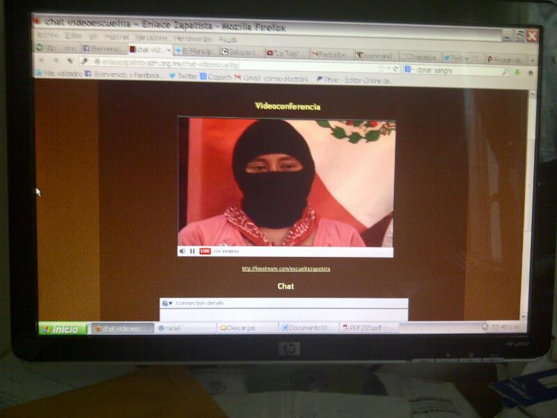 """Integrantes del EZLN utilizan el streaming para difundir los contenidos de la """"escuelita zapatista por la libertad"""". Foto: Ángeles Mariscal/Chiapas PARALELO"""