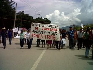 Padres de familia de Tapalapa protestan a favor de los maestros en paro.