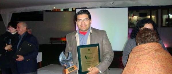 En este 2013 recibió el reconocimiento como Empresario Emprendedor por la ALMAC (Asociación de Libreros Mexicanos A.C.). Foto: Cortesía/ Chiapas PARALELO.