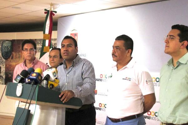 El Secretario de Gobierno,  Eduardo Ramírez Aguilar y el Secretario de Educación, Ricardo Aguilar Gordillo durante una conferencia de prensa. Foto: Sandra de los Santos/ Chiapas PARALELO.