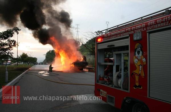 Los bomberos acudieron a controlar el incendio. Foto: Isaín Mandujano/Chiapas PARALELO.