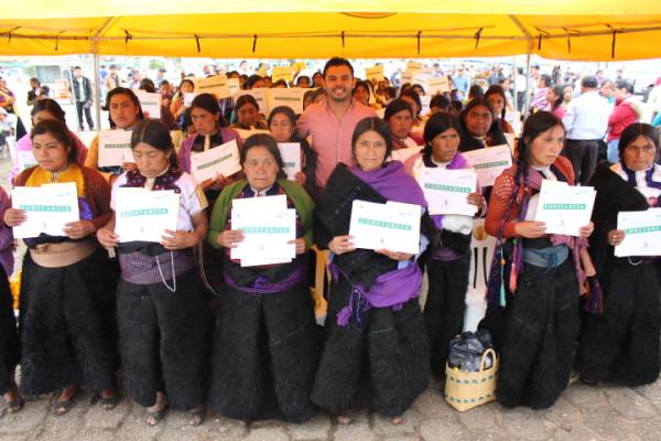 Las indígenas  señalaron, en ese momento, que no solo se trataba de obtener  un espacio para poder realizar su graduación, sino de que el Estado garantizara su derecho a la educación y la igualdad de género. Foto: Icoso/ Chiapas PARALELO.