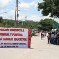 Maestros bloquean las cuatro salidas de Tuxtla en el marco del Paro Cívico Nacional.
