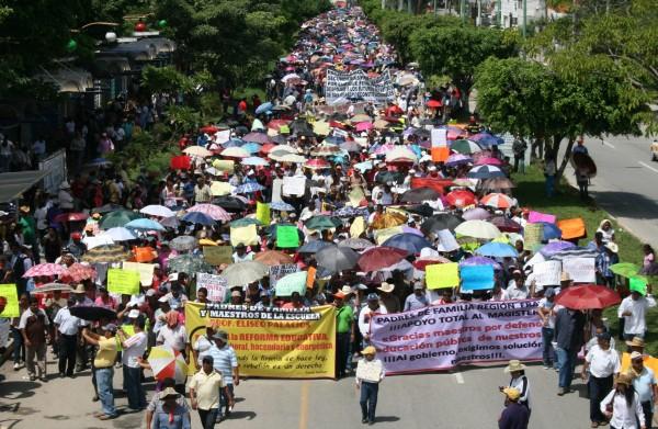 Miles maestros de las Secciones VII y 40, así como estudiantes normalistas, jóvenes universitarios y padres de familia marcharon hoy en Tuxtla. Foto: Isaín Mandujano/ChiapasPARALELO