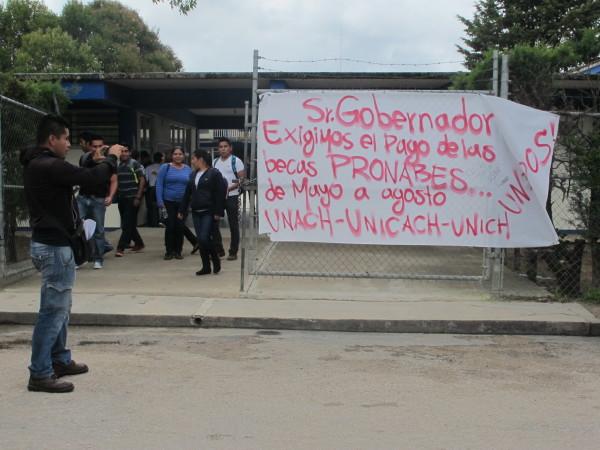 Estudiantes de escasos recursos demandaron al gobierno de Manuel Velasco la liberación de becas. Foto: Carlos Herrera