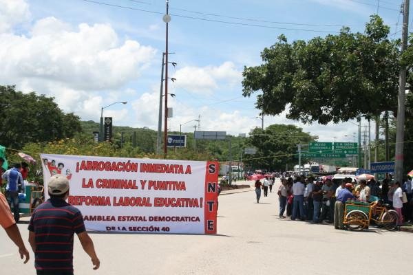 en su noveno día de manifestaciones, maestros bloquearon las entradas  a la capital de Chiapas para exigir a los gobiernos estatal y federales los reciba. Foto: Isaín Mandujano/Chiapas PARALELO