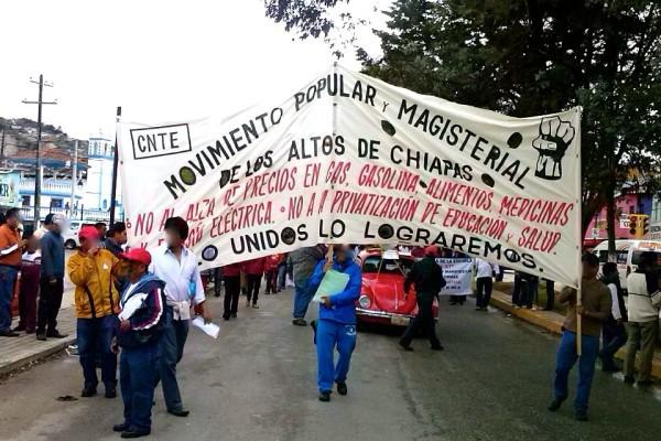 Maestros y padres de familia se manifiestan en San Cristóbal de las Casas, contra las reformas estructurales de Presidente Enrique Peña Nieto: Foto: Amalia Avendaño