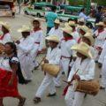 Los músicos durante el recorrido del festejo.