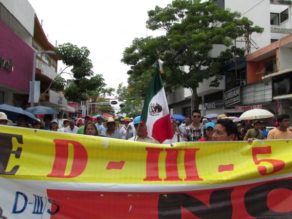 Las y los manifestantes llevaban banderas ondeando durante todo el recorrido. Foto: Sandra de los Santos/Chiapas PARALELO.
