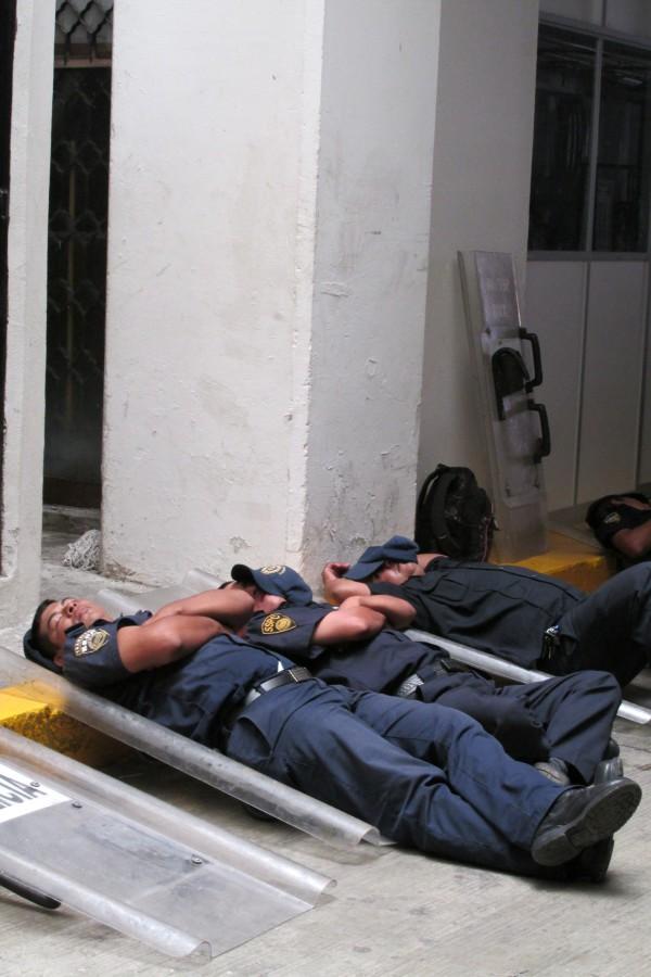 """Policías """"resguardan"""" el edificio del Congreso del Estado."""