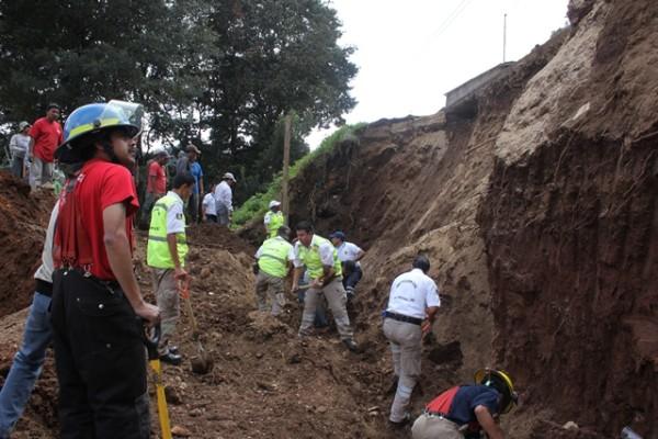 Dos trabajadores de la construcción murieron cuando un muro reblandecido por las lluvias, cayó sobre ellos. Foto: Amalia Avendaño