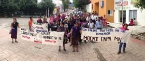 Un grupo de indígenas de El Boque se manifestaron ayer afuera del tribunal colegiado para pedir la liberación de Alberto Pathistán. Foto: Osiris Aquino/Chiapas PARALELO.