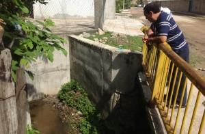 El lugar donde debería correr el agua está sellado, como lo muestra José Antonio Zuarth Foto: Chiapas PARALELO