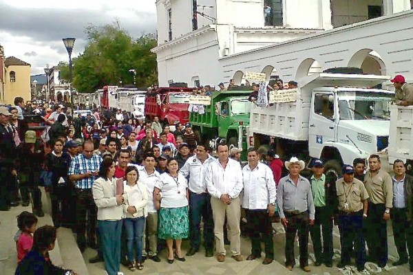 Trabajadores del Ayuntamiento de San Cristóbal denuncian que existe la amenaza de despido contra 68 empleados municipales.  Foto: Amalia Avendaño/Chiapas PARALELO