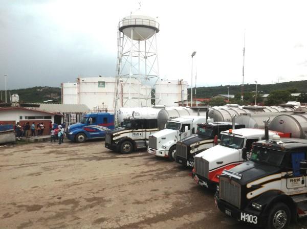 Decenas de pipas de 20 mil litros quedaron varadas en el estacionamiento de PEMEX en Tuxtla, podrán salir hasta el sábado. Foto: Isaín Mandujano/Chiapas PARALELO