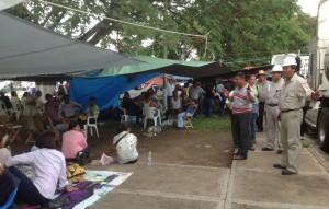 Obreros de la paraestatal piden a los manfiestantes no encender fogatas ni cigarrillos cerca de las pipas transportadoras de gasolina. Foto: Isaín Mandujano/Chiapas PARALELO
