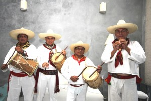 Don Agustín Hernández en el tambor; Víctor Manuel Velazqueze en el tambor también; don Cecilio Hernándezen el tambor y Leopoldo Gallegos en el pito.
