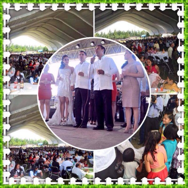 En un campo de futbol donde se colocó una enorme carpa, el alcalde comiteco se casó por lo civil acompañado de su familia, amigos y tres mil personas. Foto. Luis Ignacio Avendaño Bermúdez