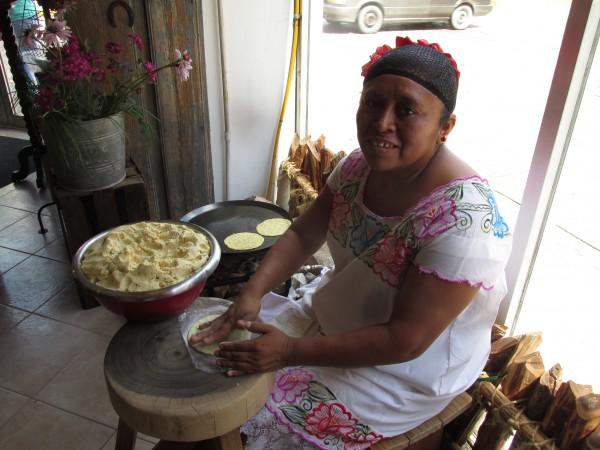 Como en diferentes culturas, gracias al trabajo de las mujeres se han logrado preservar varios platillos prehispánicos.