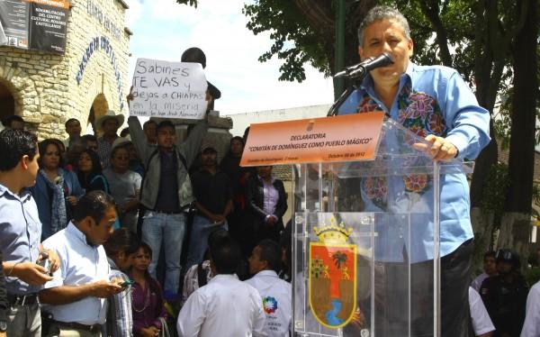 El momento en que Juan José Vázquez Méndez le saca la cartulina con el mensaje que incomodó a Sabines.