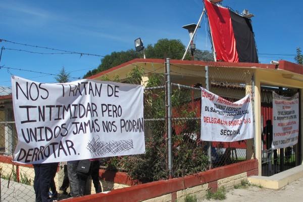 Alumnos mantienen cerradas escuelas de nivel medio superior en San Cristóbal de las Casas. Foto: Carlos Herrera