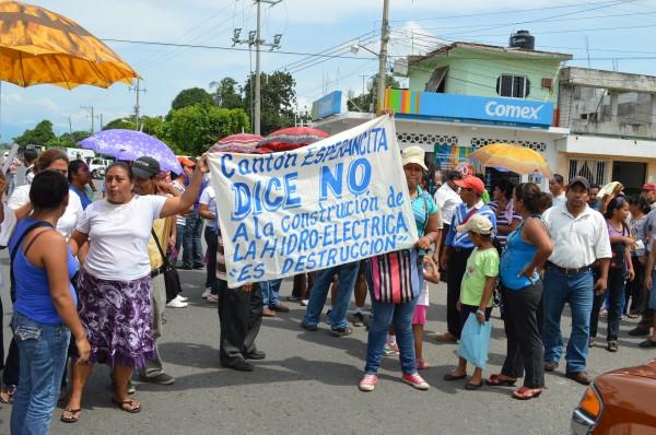 Campesinos marchan y bloquean carretera para exigir no se permita construcción de hidroeléctricas. Foto: Cesar Rodríguez/Chiapas PARALELO
