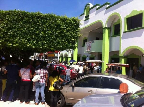 La presidencia municipal de Huixtla, tomada por maestros y padres de familia. Foto: Chiapas PARALELO