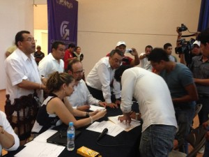 Estudiantes firman la minuta de acuerdos