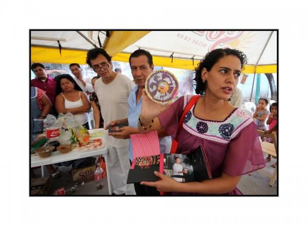 Aurora Oliva y Fernando Híjar durante la entrega de  los disco compactos de música zoque. Foto: René Araujo