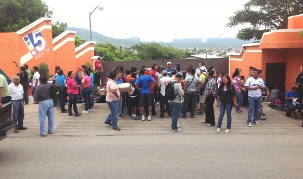 Maestros, maestras y padres de familia, tomaron la empresa privada que produce el Canal 5 de Chiapas. Foto: Isaín Mandujano/Chiapas PARALELO