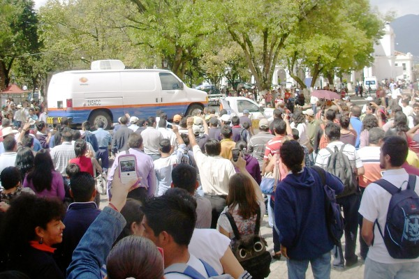 """Personal de Televisa prohibió el paso en varias cuadras de San Cristóbal para que actores pudieran grabar con """"tranquilidad"""". Foto Amalia Avendaño."""