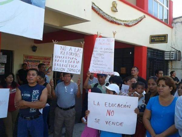 Protesta de padres de familia ty maestros en Escuintla. Foto Chiapas PARALELO