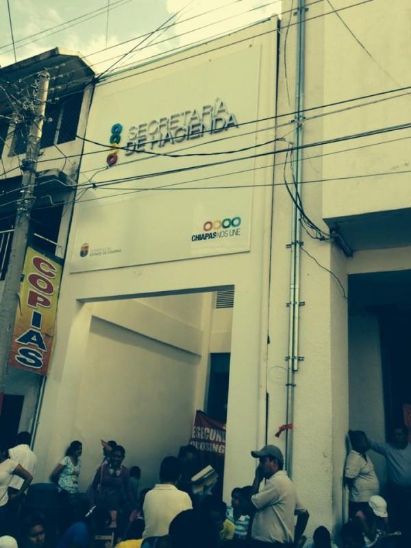 Maestros tomaron las oficinas de la Secretaría de Hacienda en Tuxtla. Fotos: Chiapas PARALELO