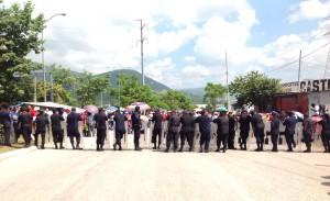 Policías Estatales bloqueando para que maestros no bloquearan La Pochota. Foto: Isaín Mandujano/Chiapas PARALELO