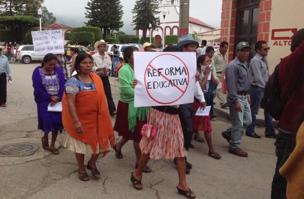 Mujeres indígenas en Teopisca marchan en apoyo al movimiento magisterial en Chiapas. Foto: Isaín Mandujano/Chiapas PARALELO