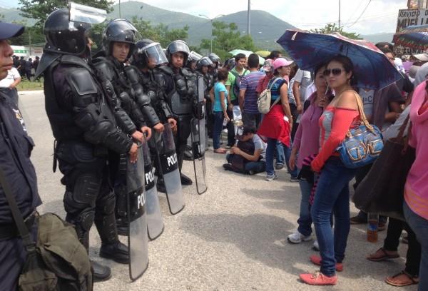 Maestras frente a una valla de policías antimotines en el tramo de La Pochota de Tuxtla Gutiérrez. Foto: Isaín Mandujano/Chiapas PARALELO